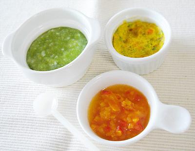 【離乳食中期】ほうれん草とグリーンピースのチーズパンがゆ/野菜入りオムレツ/パプリカのアップルキャロット和え