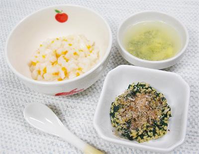 【離乳食中期】ニンジンとカブのつぶしうどん/ほうれん草の納豆和え/ワカメと卵のスープ