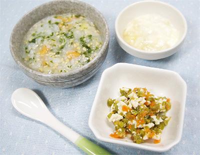 【離乳食中期】水菜とお麩の納豆がゆ/ニンジンとインゲンの白和え/バナナアップルヨーグルト