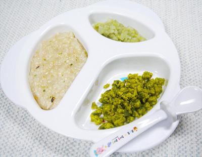 【離乳食中期】鶏肉と野菜の五目がゆ/ほうれん草と小松菜のいり卵/そら豆のおろし煮