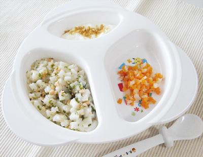 【離乳食後期】鮭とワカメのうどん/ニンジンと大根の甘煮/きな粉ヨーグルト
