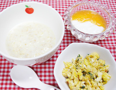 【離乳食後期】サツマイモのオートミールがゆ/トマトとチンゲン菜の卵炒め/アップルキャロットヨーグルト