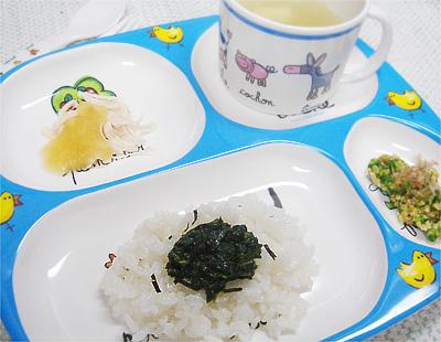 【離乳食後期】モロヘイヤのせご飯/鶏ささ身のフルーツソース/キュウリと納豆の和え物/豆腐とワカメの味噌汁