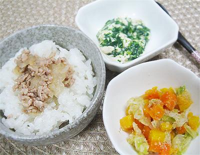 【離乳食後期】豚ひき肉のそぼろご飯/オクラの豆腐和え/キャベツとニンジンのゴマ煮