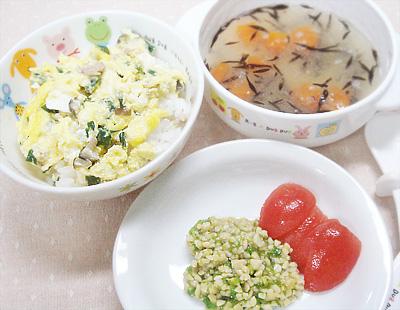 【離乳食後期】ニラ玉丼/納豆とキュウリの和え物/ひじきのみぞれ汁/カットミニトマト