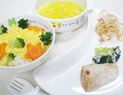 【離乳食完了期】ミモザ丼/鮭とブロッコリーのマヨネーズ焼き/れんこんチップス/キュウリのオレンジスープ