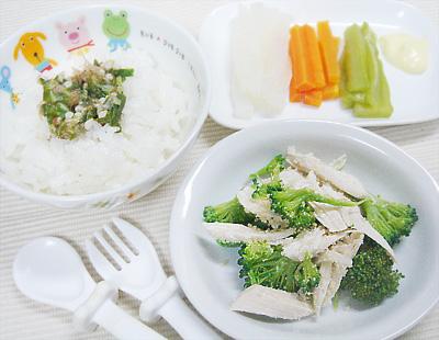 【離乳食完了期】オクラのせご飯/鶏ささ身とブロッコリーのチーズ和え/野菜スティック(大根・キュウリ・ニンジン)