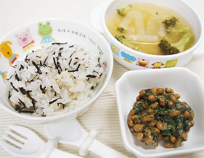【離乳食完了期】ひじきと白ゴマの混ぜご飯/モロヘイヤの納豆和え/大根とブロッコリーの味噌汁