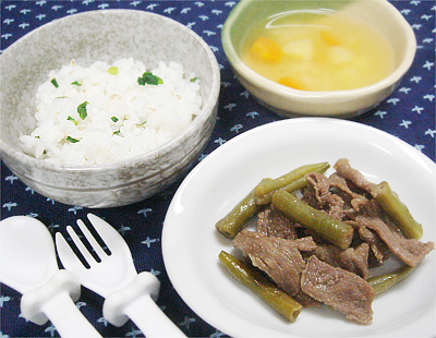 【離乳食完了期】白ゴマとネギの混ぜご飯/牛肉とインゲンの炒め物/サツマイモとニンジンの味噌汁