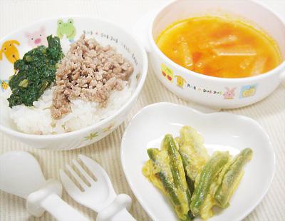 【離乳食完了期】チンゲン菜と豚そぼろの二色丼/インゲンのピカタ/大根とトマトの味噌スープ