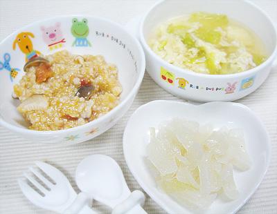 【離乳食完了期】キノコとオートミールのトマトリゾット/玉ねぎのバターソテー/鶏ひき肉とレタスの卵スープ
