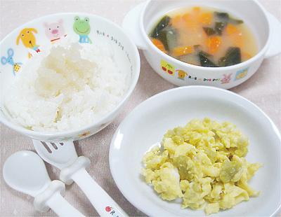 【離乳食完了期】玉ねぎのせご飯/白身魚と野菜の炒り卵/小松菜とニンジンの味噌汁