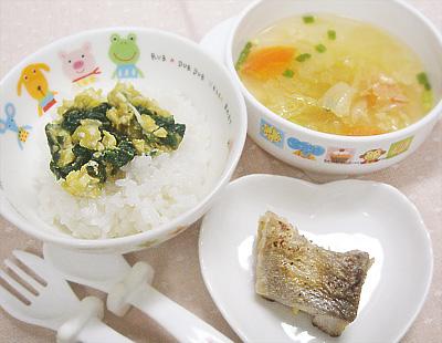 【離乳食完了期】ほうれん草と白身魚の炒り卵丼/タラのムニエル/白菜とニンジンのスープ