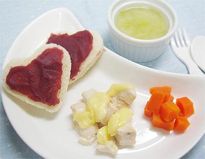 【離乳食完了期】紫イモトースト/鶏もも肉のチーズ焼き/ニンジンのグラッセ/キャベツ入りコーンスープ
