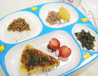 【離乳食完了期】納豆ご飯/キャベツのお好み焼き/豚肉のスペアリブと大根の煮物/大根の葉のゴマ油炒め/プチトマト
