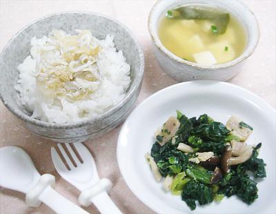 【離乳食完了期】しらすのおろし煮丼/小松菜とキノコのバター炒め/豆腐とワカメと揚げの味噌汁