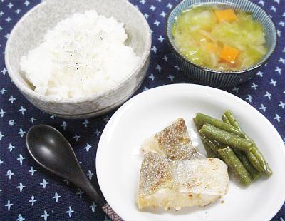 【離乳食完了期】しらすのせご飯/タラのムニエル/ニンジンとキャベツの味噌汁