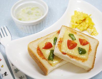 【離乳食完了期】ピーマンとトマトのピザトースト/コーンのスクランブルエッグ/キャベツのミルクスープ