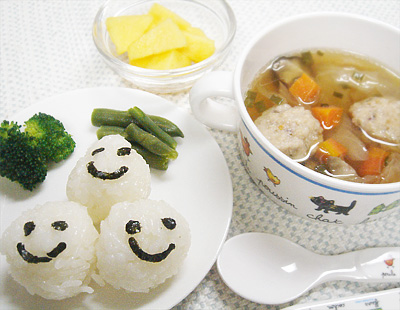 【離乳食完了期】ニコニコボールおにぎり/ゆでブロッコリー/インゲンのソテー/鶏団子とキャベツのスープ/カキ